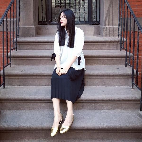 Sau đó, Tuyết Lan cũng diện chiếc áo có kiểu dáng tương tự kết hợp cùng chân váy xoè xếp li. Tuy nhiên, nữ người mẫu lại mang đến vẻ ngoài cá tính, phóng khóng hơn. Đôi giày búp bê với chất liệu ánh kim vẫn đủ tạo nên điểm nhấn thú vị, nổi bật cho tổng thể.