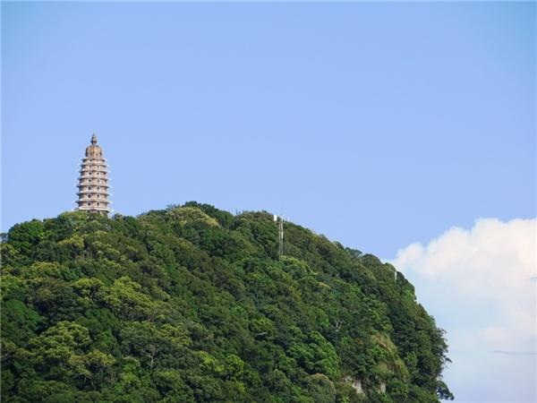 Từ đền Thượng bạn có thể được ngắm nhìn tòa tháp Báo Thiên trên đỉnh Vua. (Ảnh: Internet)