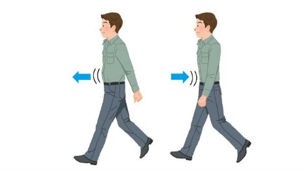 Bác sĩ Masashi Kawamura lưu ý một điều rằng nên ưỡn ngực, thẳng lưng khi thực hiện đi bộ hít thở.(Ảnh: Internet)