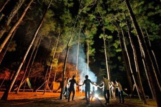Bạn có thể thuê lều, đốt lửa trại qua đêm tại Ba Vì để trải nghiệm những cảm giác mới mẻ và trong lành tại đây. (Ảnh: Internet)