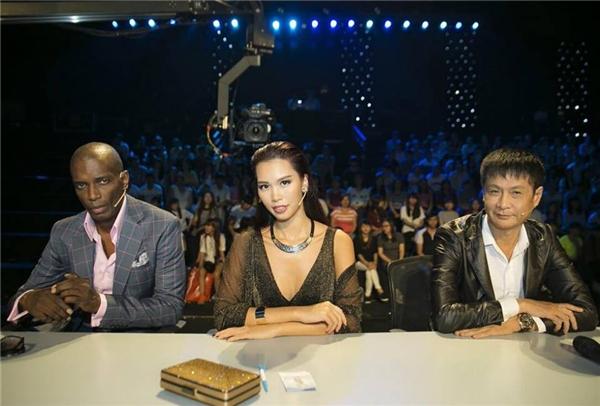 Bộ ba giám khảo trongđêm thi vừa qua của Hoa khôiÁo dài Việt Nam 2016.
