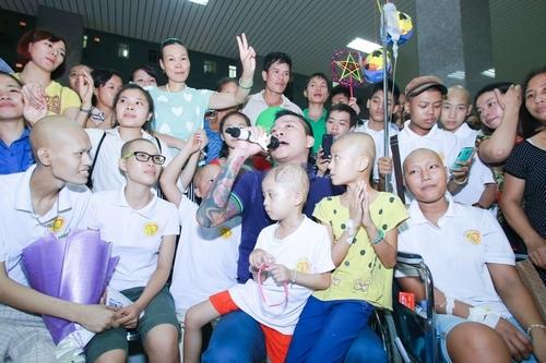 Trong chuyến đi, nam ca sĩ đã tự tay trao quà, hát tặng và quyên góp ủng hộ. Đứng trước các em nhỏ mang trong mình căn bệnh quái ác nhưng vẫn có nghị lực chiến đấu với bệnh tật, Tuấn Hưng không kìm nén được những giọt nước mắt khi cất tiếng hát bên cạnh bệnh nhân ung thư.