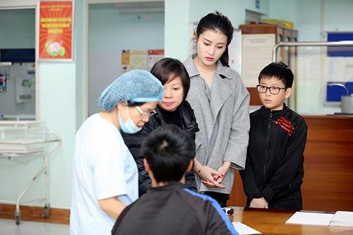 Ngoài quyên tặng vật chất, Huyền My cũng dành thời gian hỏi thăm, động viên các gia đình có con cái đang điều trị tại bệnh viện.