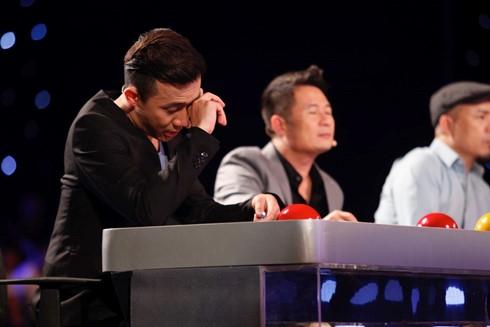 Giám khảo Trấn Thành xúc động rơi nước mắt trước hoàn cảnh và nghị lực của hai anh em.