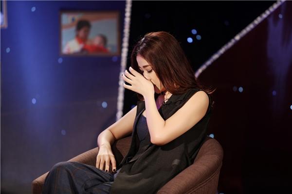 Không kìm được cảm xúc, nữ ca sĩ đã bật khóc nức nở ngay trên sân khấu. - Tin sao Viet - Tin tuc sao Viet - Scandal sao Viet - Tin tuc cua Sao - Tin cua Sao