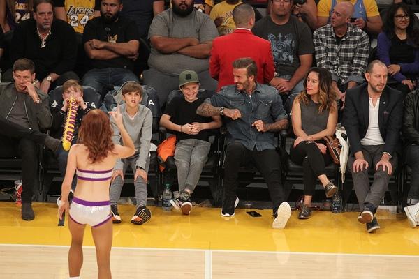 Cuối tuần qua, Becks đưa Romeo và Cruz đi xem trận bóng rổ ở giải NBA giữa LA Lakers và Celtics ở Los Angeles. Trên hàng ghế VIP, cựu danh thủ người Anh trêu đùa Cruz khi cậu nhóc được một cheerleader vẫy tay chào.