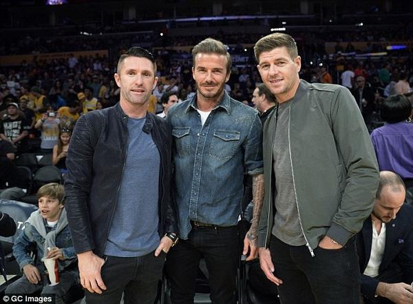 Becks chụp ảnh cùng 2 ngôi sao của LA Galaxy, Steven Gerrard và Robbie Keane. Gerrard cũng là đồng đội cũ ở tuyển Anh của Becks.