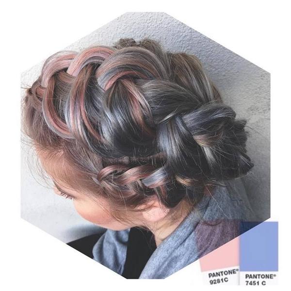 Hồng thạch anh và xanh da trời được phối rất chuẩn và vẫn kết hợp hoàn hảovới màu tóc thật. (Ảnh: Emily Farley)