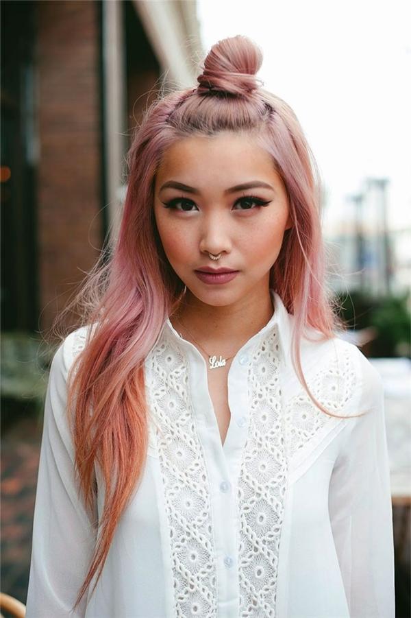 Màu tóc nữ tính kết hợp cùng kiểu trang điểm sắc sảo và chiếc khuyên mũi ấn tượng. (Ảnh: Francis Lola)