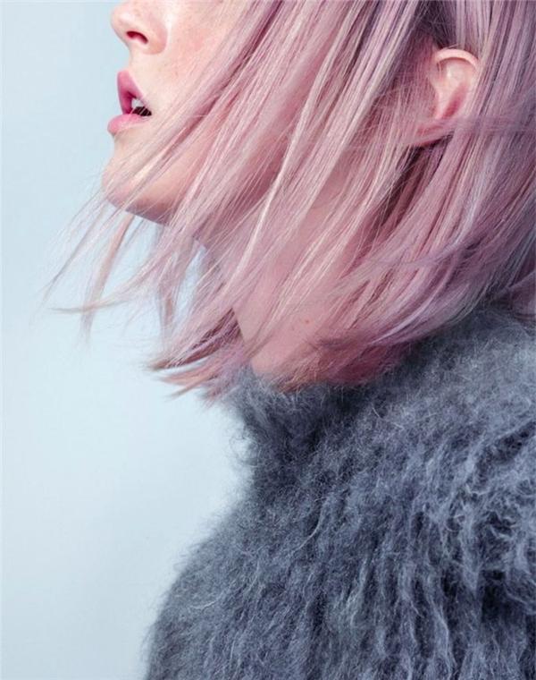Bạn có thể chọn tông hồng thạch anh nhạt nếu có làn da trắng sứ mịn màng. (Ảnh: Tumblr)   Ngoài ra bạn cũng có thể kết hợp với trang phục màu xám trung tính để tôn lên màu tóc ngọt ngào này. (Ảnh: Gemma Styles)