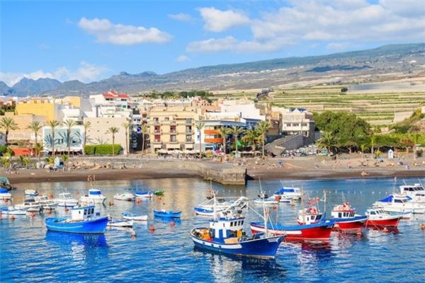2. Tenerife, Tây Ban Nha: Hòn đảo xinh đẹp thuộc quần đảo Canary có núi Teide cao 7.500 m, nổi tiếng với những bãi biển nhiều màu sắc, lễ hội đường phố náo nhiệt và các khu nghỉ dưỡng hạng sang. Nơi này đứng ở vị trí số 2 với chi phí trung bình 82,92 USD một ngày.