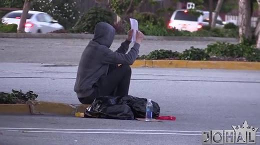 Lạnh người với cách cư xử của người vô gia cư khi được nhờ tìm trẻ lạc