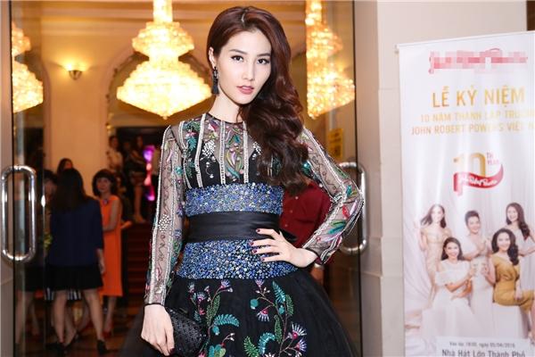Diện trang phục của Tùng Vũ, Diễm My 9x thu hút sự chú ý của đám đông với phong cách khá lạ lẫm nhưng vẫn toát lên vẻ đẹp quý phái, tươi trẻ.
