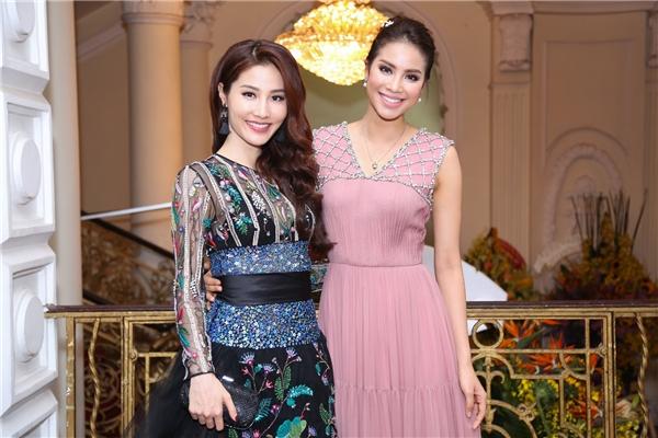 """Nữ diễn viên đã cười hết cỡ vì gặp được """"người trong mộng"""" chính là Hoa hậu Phạm Hương, cũng xuất hiện trình diễn trong sự kiện này."""