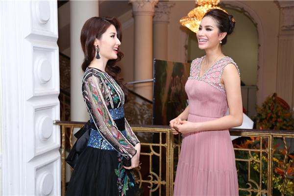 Cả hai người đẹp trò chuyện khá thân thiết và cười đùa rất vui vẻ.