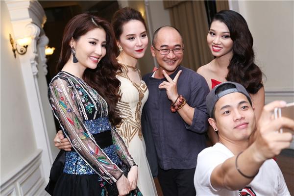 Người đẹp vui vẻ chụp ảnh cùng Á hậu Dương Trương Thiên Lý, Ái Phương cùng các khách mời trong chương trình.
