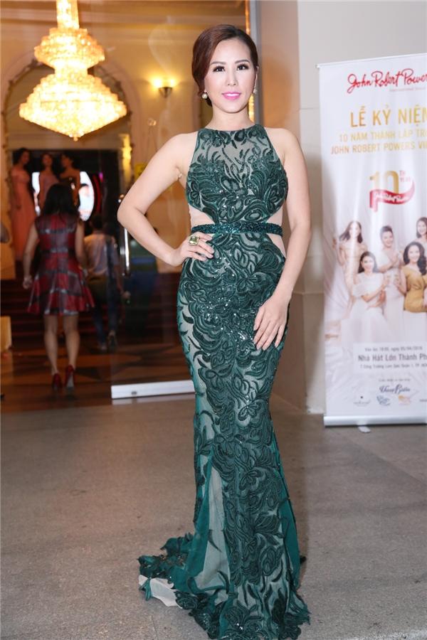 Hoa hậu Quý bà Thu Hoài khoe dáng trong chiếc đầm dạ hội ôm sát cơ thể cùng nhan sắc mặn mà, quyến rũ.