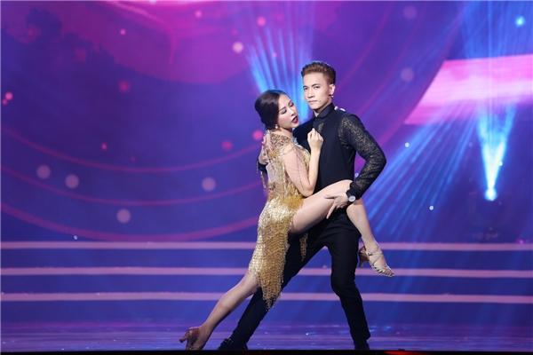 """Hoa hậu Thu Hoài khoe khả năng khiêu vũ cùng """"trai đẹp"""" S.T"""