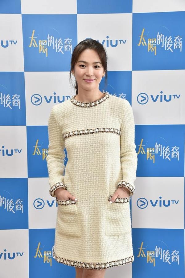 Song Hye Kyo diện một bộ váy điệu đà, xinh xắn. (Ảnh: Internet)