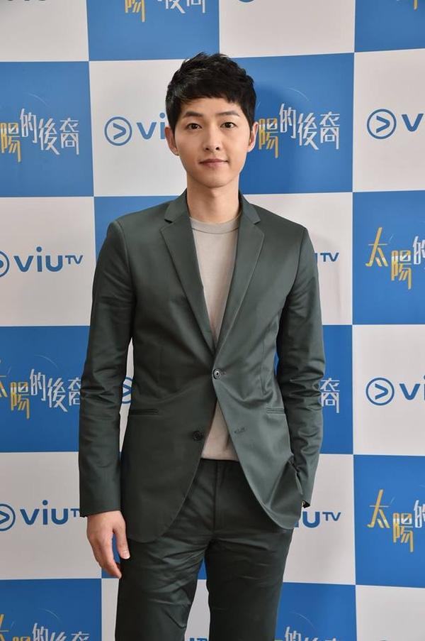 Song Joong Ki lịch lãm với vest.(Ảnh: Internet)