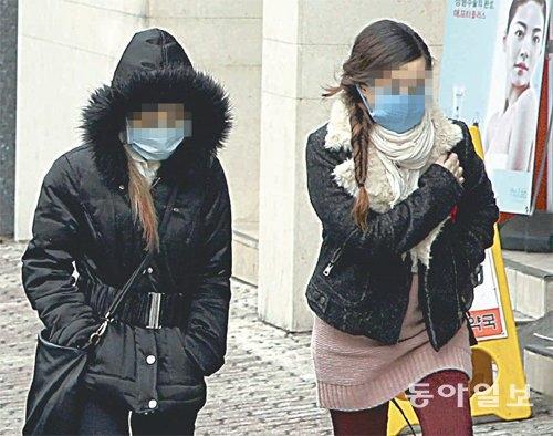 Các cô gái trẻ đi ra từ một trung tâm phẫu thuật thẩm mỹ.