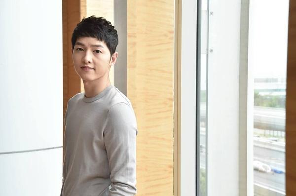 Phỏng vấn cùng ViuTV lần này, Song Joong Ki hứa hẹn sẽ chia sẻ những thông tin thú vị với khán giả truyền hình.(Ảnh: Internet)