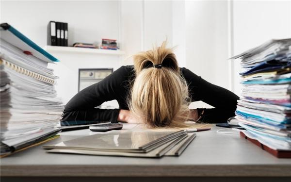 Ngủ sau khi ăn là thói quen sai lầm của rất nhiều cô gái văn phòng. (Ảnh: Internet)