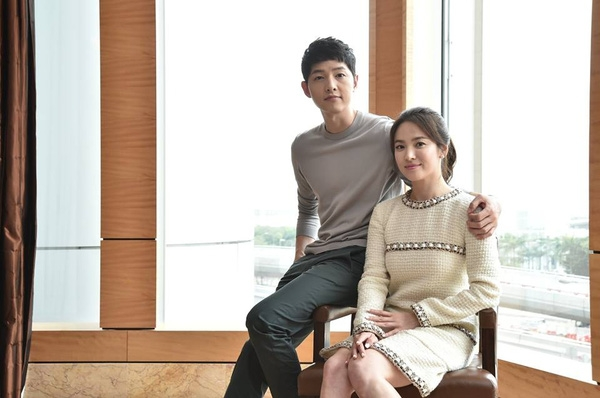 """Song Joong Ki tiếp tục khiến người hâm mộ """"phát cuồng"""" vì những cái ôm vai đối với bạn diễn."""