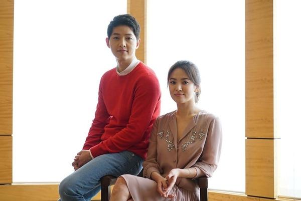 Đến với họp báo Hồng Kông, cả hai đều tỏ ra khá thoải mái và ăn ý. Không chỉ khoác vai, Song Joong Ki còn đập tay và cười đùa cùng đàn chị, không hề ngại ngần vì tin đồn hẹn hò trước đó.(Ảnh: Internet)