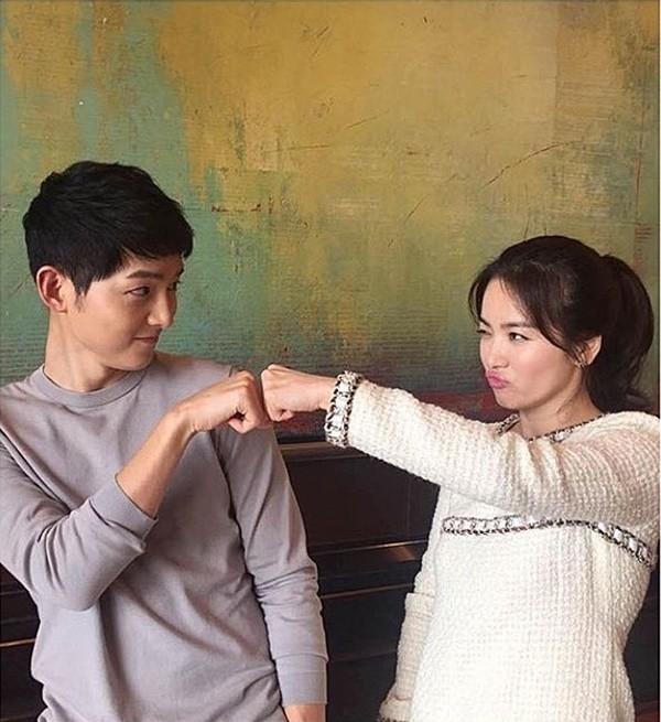 Sự ăn ý của cặp đôi sau cánh gà. Bức hình được Song Hye Kyo đăng tải lên Instagram cá nhân.(Ảnh: Internet)