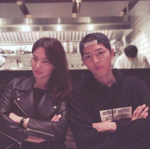 """Cả hai chụp hình """"nhí nhố"""" tại một nhà hàng. Song Hye Kyo chú thích: """"Do đại úy Yoo không dùng Instagram... nên tôi sẽ đăng ảnh như vũ bão"""".(Ảnh: Internet)"""