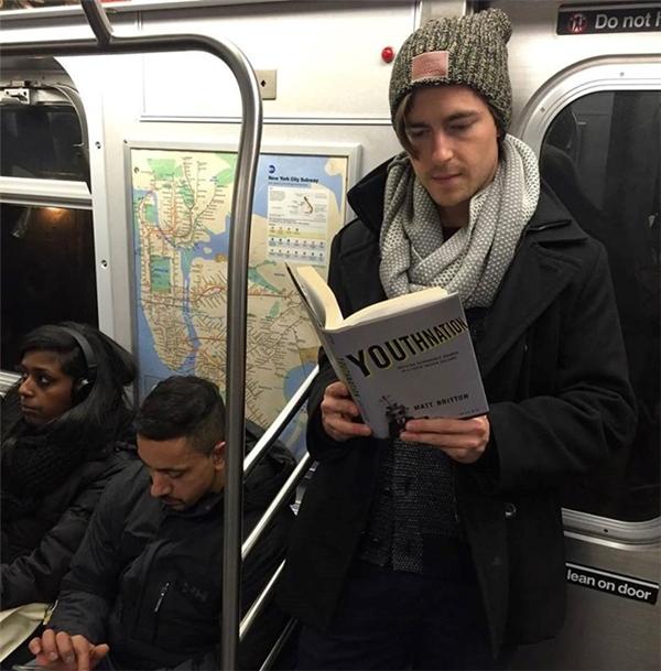 Đẹp trai + đọc sách mọi lúc, mọi nơi đây mới đích thị 'soái ca'