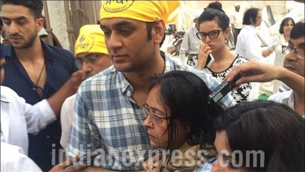 Nhà sản xuất Vikas Gupta an ủi bà Soma trong buổi lễ hôm 5/4