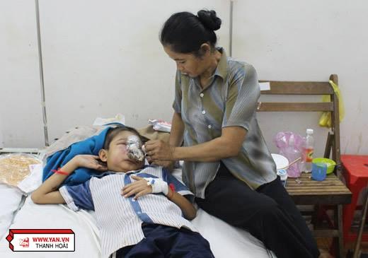 Người mẹ không thể ngăn đượcxúc động khinhìn con thơ bị bệnh tật hành hạ.