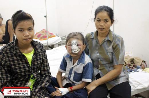 Em Huỳnh Thị Hồng Đào phụ mẹ chăm sóc cho Trương, vì cô béhiểu được cơ hội sống của đứa em mình đang phải chắt chiu từng chút một.