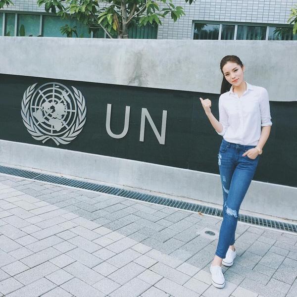Hoa hậu Kỳ Duyên trẻ trung hợp với độ tuổi 20 của mình với cách kết hợp sơ mi đơn giản cùng quần jeans rách và sneaker trắng.