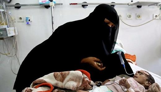 Udai Faisal thoi thóp trên giường bệnh bên cạnh mẹ. (Theo Trí Thức Trè)