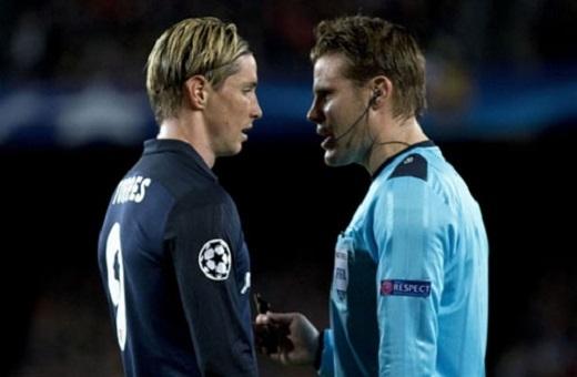 Torres ghi bàn cho Atletico và 10 phút sau đã bị đuổi, mở đường cho Barca ngược dòng. (Ảnh: Internet)
