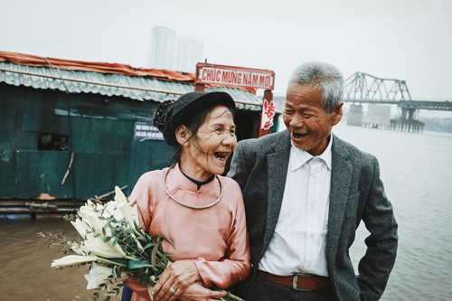 Câu chuyện tình yêu bình dị giữa đời thường của ông Nguyễn Văn Thành và bà Nguyễn Thị Thủy đã khiến hàng ngàn người xúc động nghẹn ngào.
