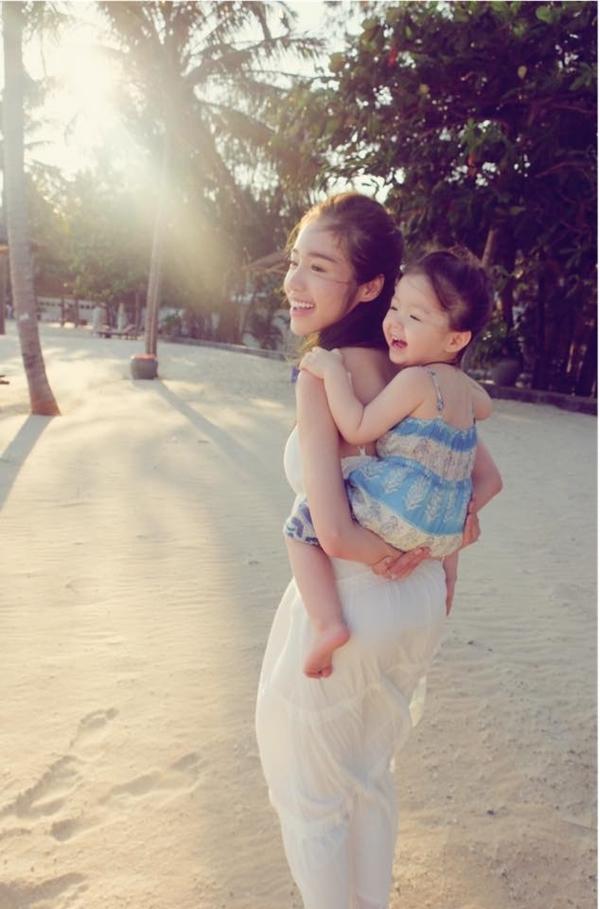 Nụ cười rạng ngời của 2 mẹ con khiến người xem cảm thấy vui tươi, yêu đời, ngập tràn sức sống. - Tin sao Viet - Tin tuc sao Viet - Scandal sao Viet - Tin tuc cua Sao - Tin cua Sao