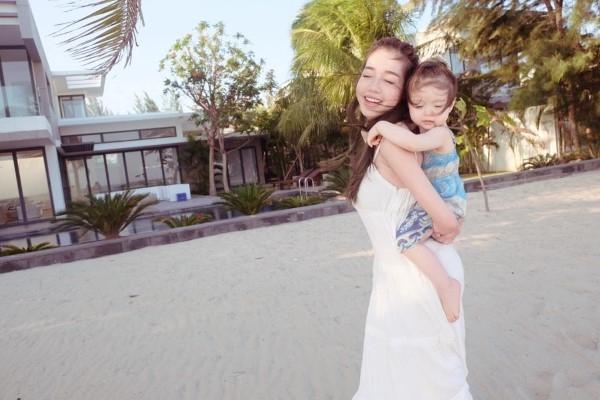 Em bé đáng yêu được mẹ cõng ra khơi ngắm sóng biển, 2 mái tóc bay theo chiều gió - Tin sao Viet - Tin tuc sao Viet - Scandal sao Viet - Tin tuc cua Sao - Tin cua Sao