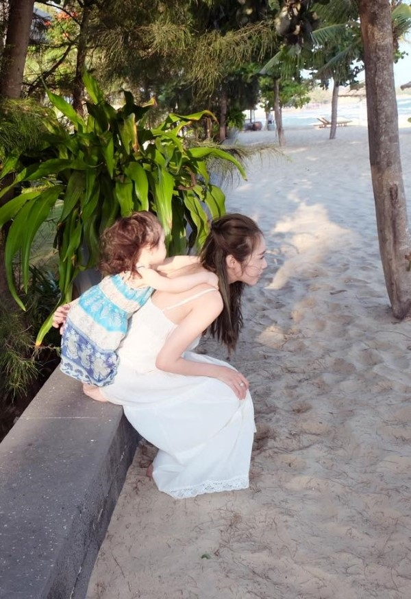 Không ai nghĩ Cadie lại có nỗi sợ riêng khi ngắm bộ ảnh đi biển cùng mẹ này - Tin sao Viet - Tin tuc sao Viet - Scandal sao Viet - Tin tuc cua Sao - Tin cua Sao