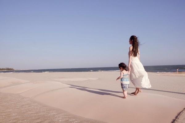 """Thế nhưng cuối cùng Cadie cũng rất dũng cảm vì đã có thể đi lon ton trên cát vì có """"chị mami"""" cầm tay. - Tin sao Viet - Tin tuc sao Viet - Scandal sao Viet - Tin tuc cua Sao - Tin cua Sao"""