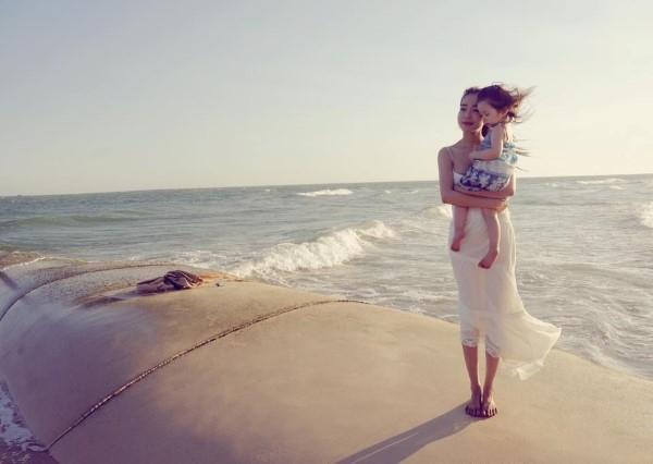 """Vẻ đẹp """"ngây dại"""" của Elly Trần bên con gái đầu lòng. - Tin sao Viet - Tin tuc sao Viet - Scandal sao Viet - Tin tuc cua Sao - Tin cua Sao"""