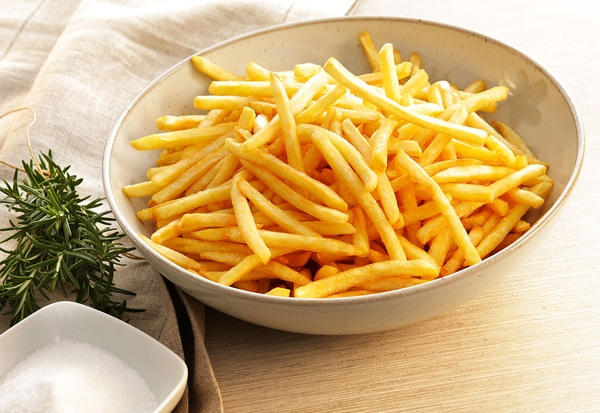 Đồ ăn vặt nhiều dầu mỡ hay chất béo: cơ thể bị thiếu canxi. Cần bổ sung phô mai, hạt vừng, cải xoăn, bông cải, mù tạc, đậu đỗ.