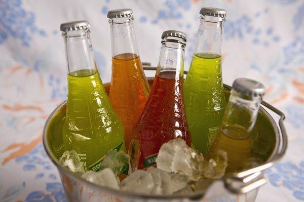 Nước ngọt có ga: cơ thể bị thiếu canxi. Cần bổ sung phô mai, hạt vừng, cải xoăn, bông cải, mù tạc, đậu đỗ.