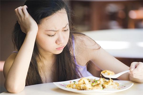 Mất cảm giácthèm ăn: cơ thể bị thiếu vitamin B1 (bổ sung: các loại đậu đỗ, nội tạng), vitamin B3 (bổ sung: cá ngừ, thịt bò, thịt gà, thịt heo, rau và đậu đỗ), ma-giê (bổ sung: các loại hạt khô, dứa, việt quất), clo (bổ sung: sữa tươi, muối).