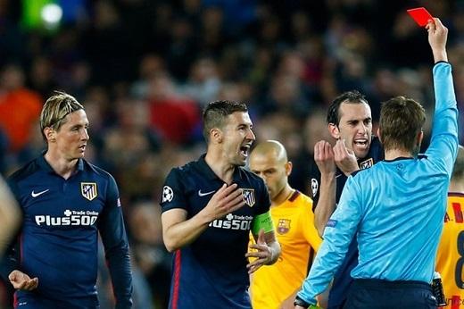 """Chiếc thẻ đỏ """"oan nghiệt"""" của Torres trong trận đấu vừa qua. (Ảnh: Internet)"""
