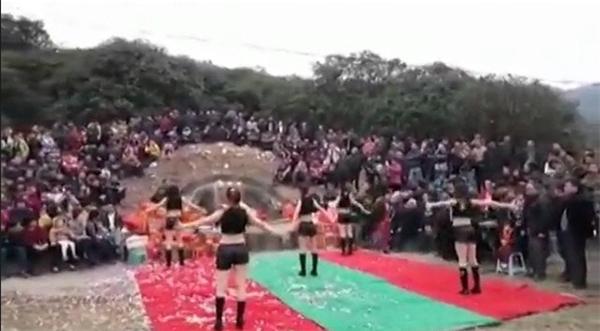 Hình ảnh nhảy nhót phản cảm trước mộ ông bà của 5 cô gái.(Ảnh:shanghaiist)