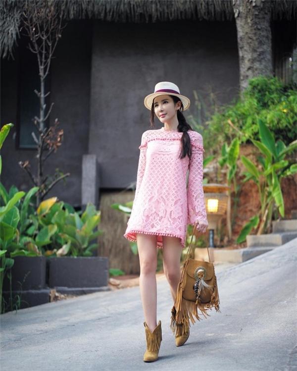 """Được mệnh danh là """"Nữ hoàng Instagram"""" tại Singapore, mỗi bức ảnh của Jamie Chua đều nhận được rất nhiều lượt yêu thích. Và để có được những bức ảnh long lanh, hoàn hảo đó, Jamie Chua đã dành tiền thuê riêng 2 trợ lý full-time. Nhiệm vụ của 2 trợ lý này chỉ có ăn chơi, tháp tùng cô trong mọi chuyến đi sau đó chụp ảnh và chỉnh sửa cẩn thận trước khi đăng lên mạng xã hội."""